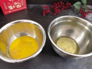 芝麻糊戚风蛋糕,鸡蛋黄与鸡蛋清分别放入两个干净的容器里