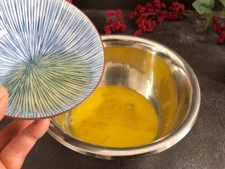芝麻糊戚风蛋糕,先来做蛋黄糊,蛋黄中加入玉米油30g,搅拌混合