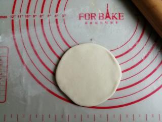 红糖三角包,擀成有一定厚度的圆形面皮