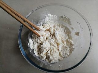 红糖三角包,酵母水倒入面粉里