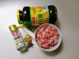 #猪五花肉#美味炸酱,准备好食材:黄豆酱,五花肉肉末,大葱,姜,八角,十三香