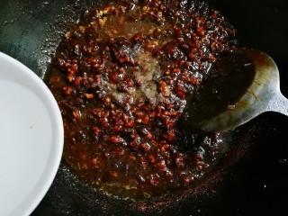 #猪五花肉#美味炸酱,放入少许热水