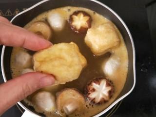 香辣咖喱火锅,放入油豆腐