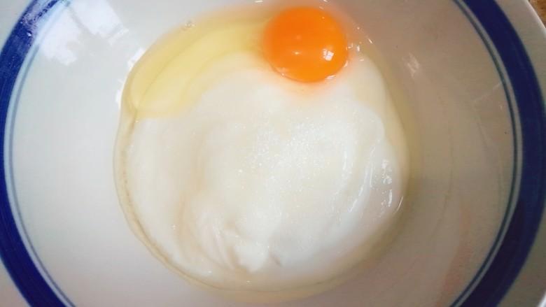 酸奶饼(酸奶+鸡蛋),打入一颗鸡蛋