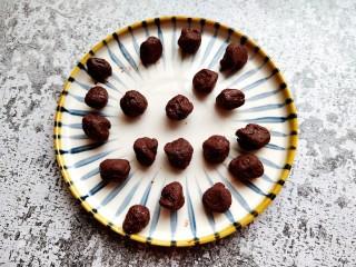 巧克力流心汤圆,凝固后取出分割成小圆球,再放入冷冻室定型。