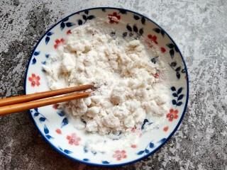巧克力流心汤圆,皮①糯米粉加入开水搅匀。