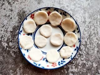 巧克力流心汤圆,分割成小面剂子,然后按扁成小面块儿,如图。