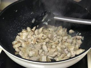 #猪五花#卤肉饭,几分钟后转大火,炒到五花肉焦香即可。