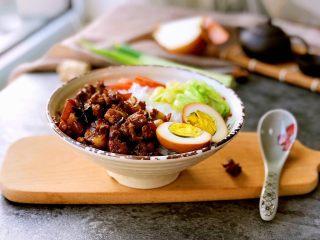 #猪五花#卤肉饭,盛碗米饭,上面放上卤肉淋些汤汁,摆上喜欢的配菜(我用的是大头菜和胡萝卜),卤蛋切半摆上。
