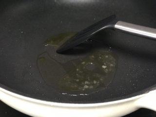 #猪肋排#五谷丰登排骨煲,炒到冰糖融化呈黄色。