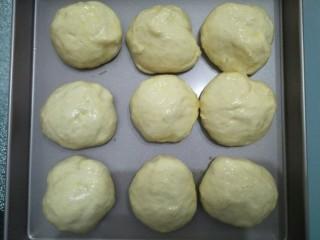 椰蓉餐包,面团发酵到原来的1.5倍大涂上蛋液。