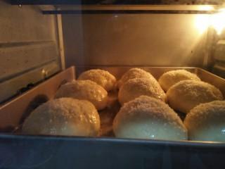 椰蓉餐包,放入预热好的150度烤箱烤二十五分钟,烤箱温度根据自家的调节。
