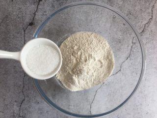 千层紫薯酥,中筋面粉中加入白糖