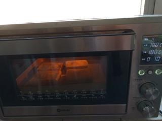 可以爆浆的香蕉酸奶吐司,放入烤箱180度烤 15分钟