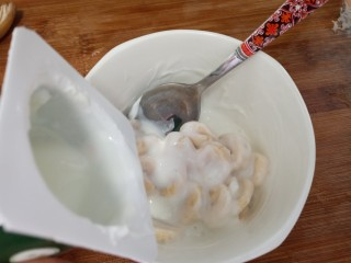 可以爆浆的香蕉酸奶吐司,倒入酸奶拌匀