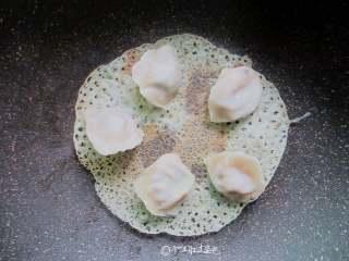 冰花煎饺,等到蕾丝花纹慢慢出现,成淡淡黄色时关火,用余温再煎一下,晃动锅,饺子会慢慢滑动,即可出锅