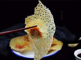 """冰花煎饺,当你将这盘晶莹奇丽的 """"冰花煎饺""""端上桌,一定能为餐桌增色添彩。"""
