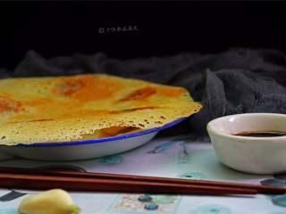 冰花煎饺,可以看到下面的冰花在慢慢地形成,待其微微有些发黄即可, 表面上撒些小葱末即可倒扣在盘中。