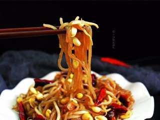 豆芽炒粉条,尤其是配粉条一起炖的黄豆芽菜特别好吃