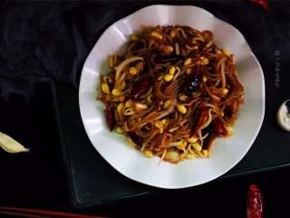 豆芽炒粉条,尤其是粉条,滑滑软软的,有弹性又筋道,因为浸透了的油脂和炖菜的菜汤,特别的香。