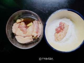 干炸五花肉,入锅前沾少许干淀粉,也可以不裹直接炸