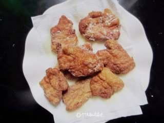 干炸五花肉,将刚才炸锅的肉片倒入锅中炸至2~3秒立刻捞出放在吸油纸上吸一下即可