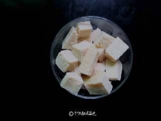 五花肉炖冻豆腐,冻豆腐切成方块。