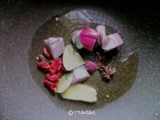 五花肉炖冻豆腐,锅中倒入菜籽油,放入洋葱、葱姜、干辣椒、八角、香叶、花椒爆香,捞出扔掉香料