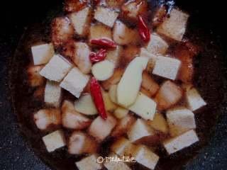 五花肉炖冻豆腐,喜欢吃辣的加入几个干辣椒,一勺生抽,我还放了牛肉丸一起炖