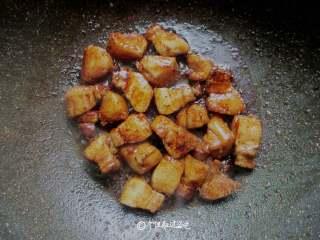 五花肉炖冻豆腐,放入一勺酱油,一勺耗油,少许老抽,一勺糖,直到把糖色粘到五花肉上