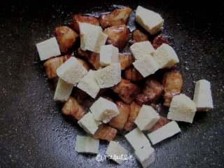 五花肉炖冻豆腐,倒入冻豆腐