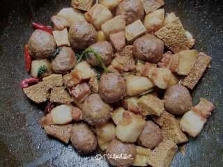 五花肉炖冻豆腐,盖上锅盖,大火煮至汤水将干,打开锅盖,将汤汁继续收干,加入适量的鸡精炒均,美味即成。