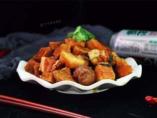 五花肉炖冻豆腐,汁多,味香,很下饭哦!