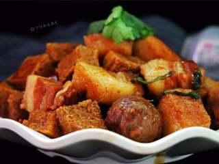 五花肉炖冻豆腐,用啤酒炖煮出的五花肉香而不腻,原汁原味,味道保存非常完美