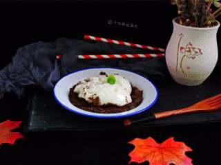 鲜奶麻糬,接着把冷却好的麻薯铺在饼干碎上面就可以了。
