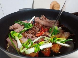 追剧小零食【秘制麻辣鸭脖】,鸭脖放入锅里加入香料、葱结、适量的清水。