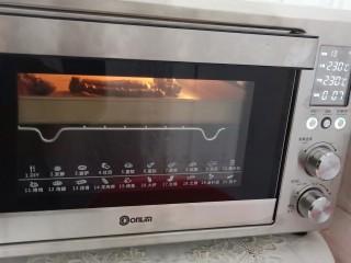 追剧小零食【秘制麻辣鸭脖】,炖好的鸭脖晾一下水份,再放东菱烤箱中层,提前预热上下火230度烤15分钟。