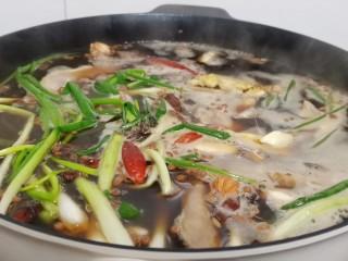 追剧小零食【秘制麻辣鸭脖】,开大火煮开、小火慢慢炖(不能炖太烂、不然切的时候都碎渣渣了)炖好浸泡一夜入味。