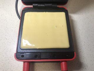 原味华夫饼,倒入面糊,九分满,受热发酵后会涨满