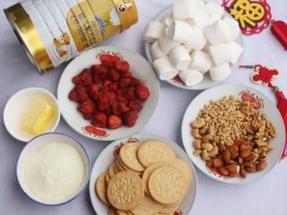 超好吃的人气草莓雪花酥,准备材料:①棉花糖200克②黄油40克③澳优能立多G4奶粉50g④冻干草莓40克⑤其它综合干果60克 ⑥饼干150克。