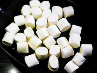 超好吃的人气草莓雪花酥,放入棉花糖继续小火融化。
