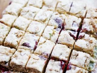 超好吃的人气草莓雪花酥,晾凉切块即可。