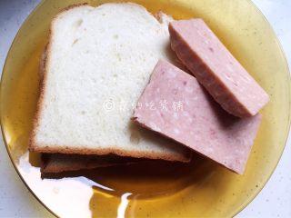 香煎芝士午餐肉吐司,吐司片和切成片的午餐肉。