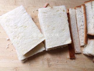 香煎芝士午餐肉吐司,土司片切去四邊,再一切為二。