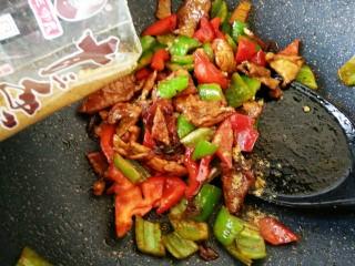 #猪年#辣椒炒肉,肉片炒匀后,放辣椒翻炒,出锅前加少许盐和十三香