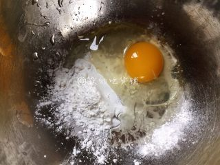 官烧目鱼,来调个面糊,鸡蛋加上15g淀粉。