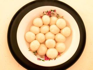 换个姿势吃汤圆  蛋抱汤圆,把汤圆捞出来放入碗里,捞汤圆的时候带入一点汤汁,免得汤圆沾黏在一起