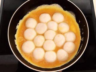 换个姿势吃汤圆  蛋抱汤圆,加入煮熟的花生汤圆捞出来放在鸡蛋液上