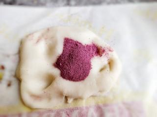 红豆沙汤圆,取一部分加入紫薯粉再揉匀