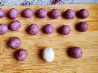 红豆沙汤圆,依次包完……